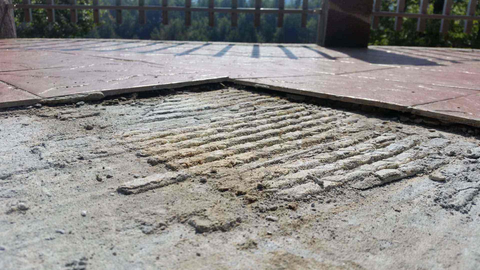 Odstopljena keramika se zaradi segrevanja razteza in zato dviga