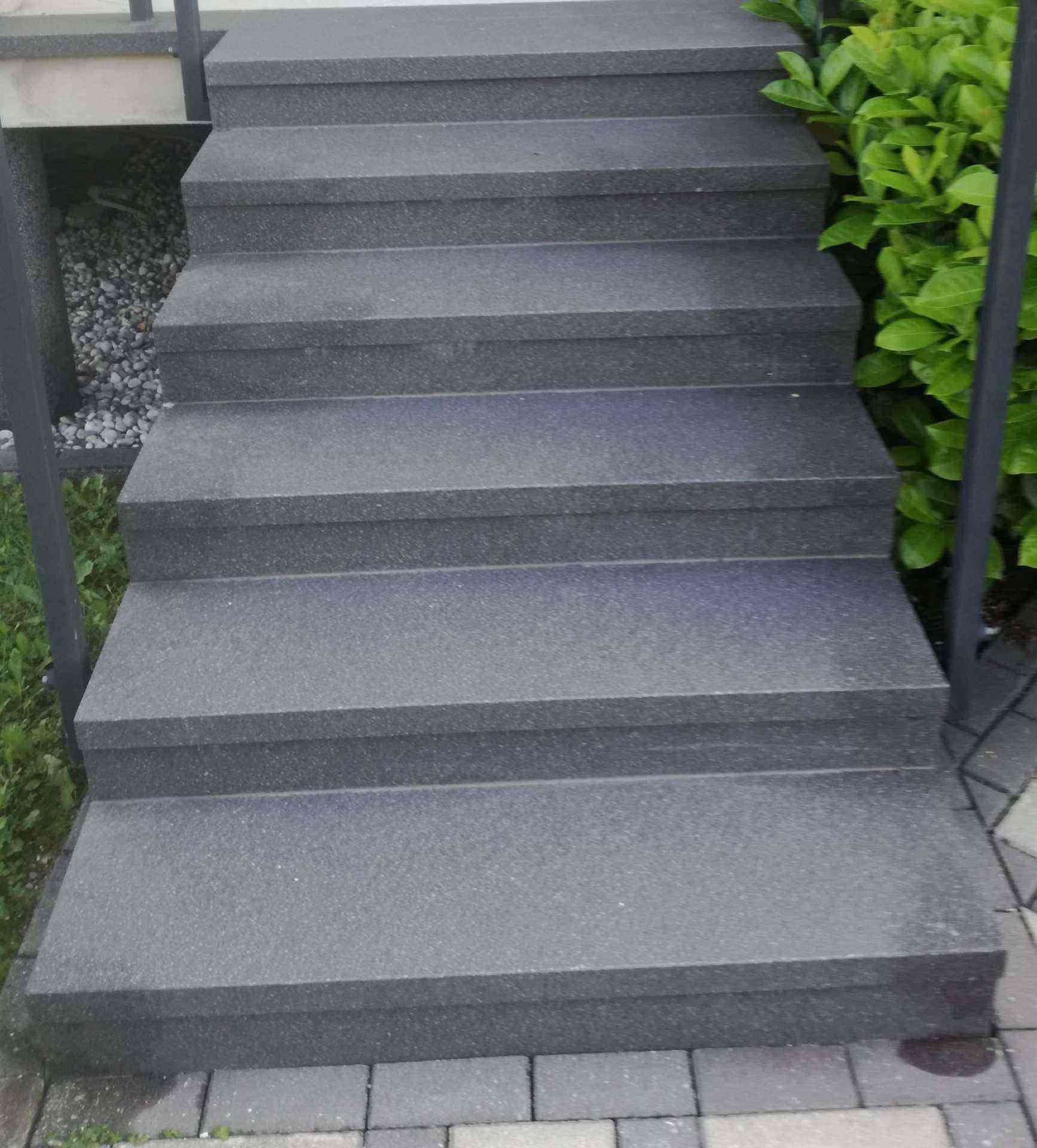 Stopniscni element iz crne keramike in v dolzini enega metra niso primerni za zunanjo uporabo