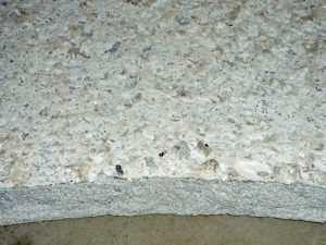 Odstopljena debeloslojna izravnalna masa, ker ni bil odbruseno cementno mleko