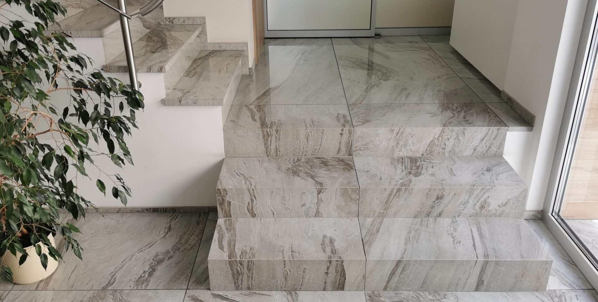 Primerjava stopnice iz balkonske obrobe v enem kosu in oglatega elementa