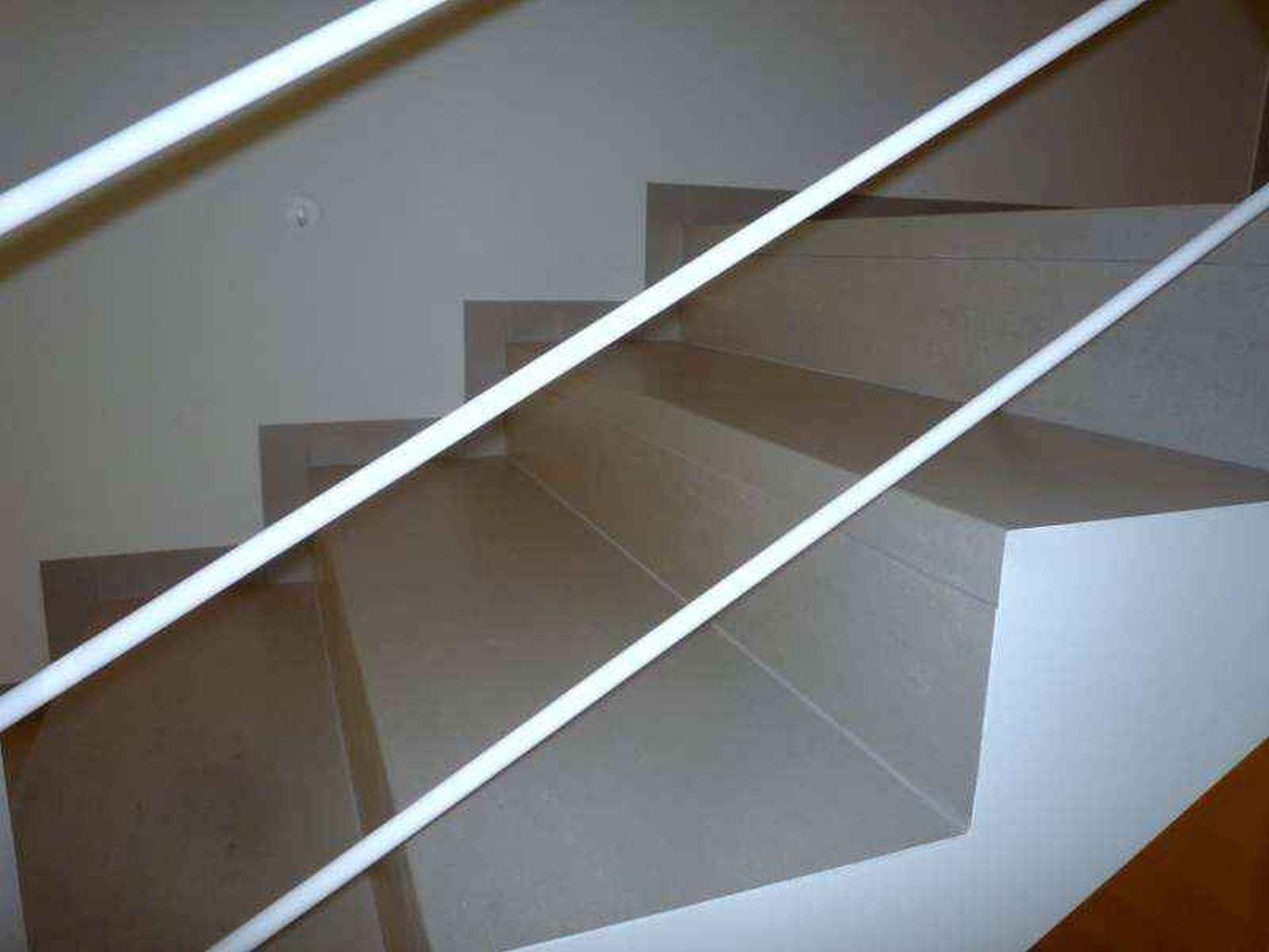 Stopnice iz balkonske obrobe s strani pokitane