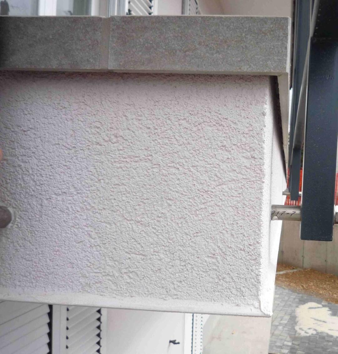 balkonska obroba pravilno odmaknjena da deluje kot odkap