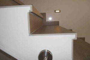 če stopnice s strani niso pokitane je nepravilna montaža moteča