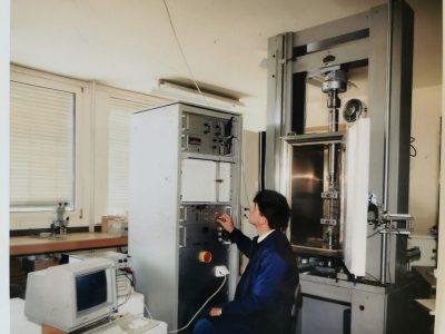 Izidor Oblak na delovnem mestu na institutu ZRMK