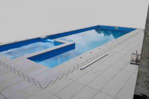 bazen z robom iz balkonskih obrob
