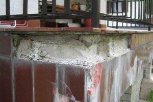 hude poškodbe balkona brez obrobe in z ograjo z vrha