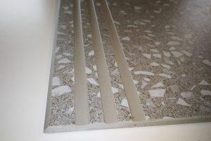 polkrožni rob in tri široke zareze za lažje čiščenje in boljšo protidrsnost