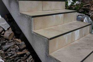 poškodbe stopnišča z aluminijastim robnikom zunaj