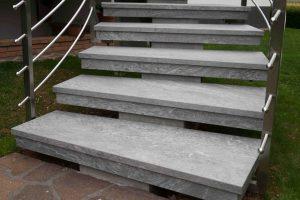 prenovljene stare teraco stopnice od blizu
