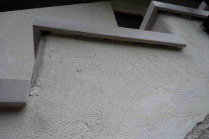 spredaj oglati stopniscni element s strani pa balkonska obroba za odkap od blizu