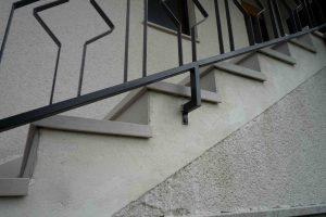 spredaj oglati stopniscni element s strani pa balkonska obroba za odkap