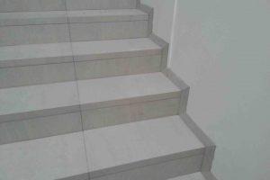 stanjsane obrobe na stopniscu na desni strani