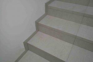 stanjsane obrobe na stopniscu na levi strani