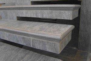 stare betonske stopnice prekrite s kalsicnimi stopniscnimi elementi od blizu