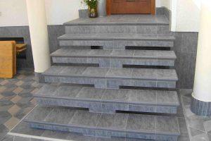 stare betonske stopnice prekrite s kalsicnimi stopniscnimi elementi