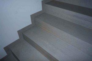 stopnice iz balkonskih obrob z obrobami skritimi v omet