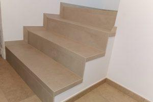 stopnice zaprte s strani in potopljene v omet 1