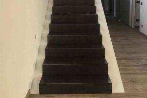stopnice zaprte s treh strani